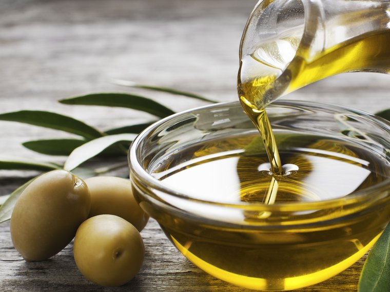 How to Grow Long Eyelashes with natural ingredients use olive oil